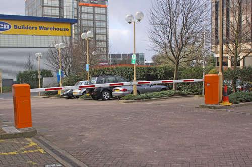 Alphatronics Dubbele Slagboom Aan Parking Warenhuis